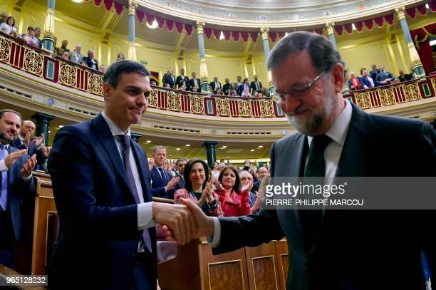TOPSHOT Spain's new Prime Minister Pedro Sanchez shakes hands with Spain's outgoing Prime Minister Mariano Rajoy after a vote on a noconfidence...