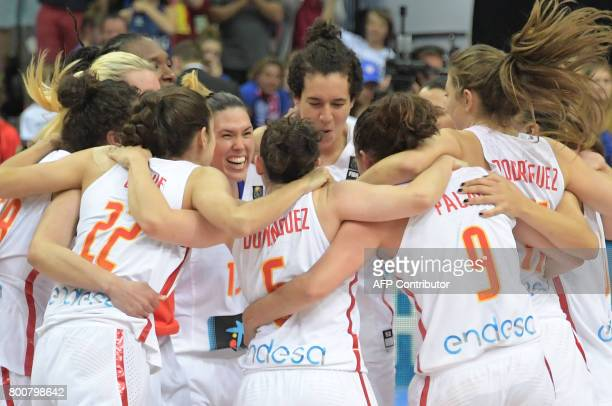 Spain's players celebrate winning the FIBA EuroBasket 2017 women's final match between Spain and France in Prague on June 25 2017 / AFP PHOTO / JOE...