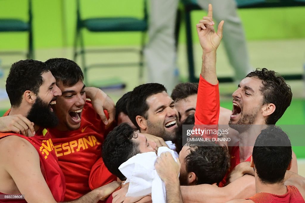 TOPSHOT - Spain's power forward Nikola Mirotic, Spain's centre Willy Hernangomez (2nd L), Spain's power forward Felipe Reyes (C), Spain's centre Pau Gasol (R) and Spain's players celebrate after defeating Australia during a Men's Bronze medal basketball match between Australia and Spain at the Carioca Arena 1 in Rio de Janeiro on August 21, 2016 during the Rio 2016 Olympic Games. / AFP / EMMANUEL