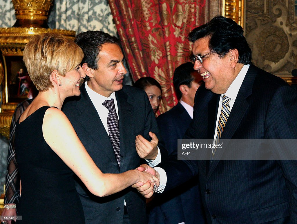 Spain's Prime Minister Jose Luis Rodriguez Zapatero and his wife Sonsoles (C) shake hands with Peru's President Alan Garcia during a gala dinner at The Royal Palace in Madrid on May 17, 2010. European and Latin America heads of states meet in Madrid from 17 to 19 May, 2010 during an European Union-Latin America and Caribean countries summit organized by the Spanish rotating presidency of the EU.