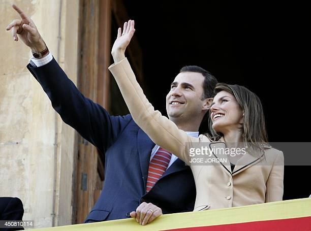 Spain's Prince Felipe and wife Letizia greet members of the public during a visit to the Altamira Palace in Elche 28 March 2006 JORDAN