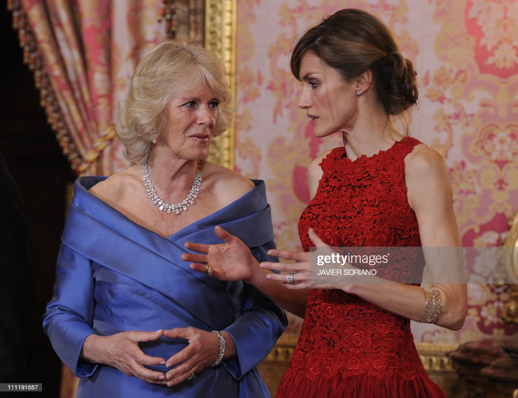 Spain's Princess Letizia (R) talks with : News Photo