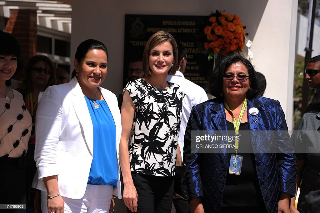 Spain's Queen Letizia Ortiz (C), accompanied by Honduras' First Lady Ana Garcia de Hernandez (L) and UNAH rector Julietta Castellanos (R), poses during a visit to the Universidad Nacional Autonoma ...