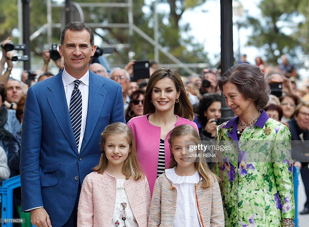Spain's Queen Sofia (R), King Felipe VI of Spain (L) and his wife Queen Letizia (top C) and their daughters Princess Leonor (bottom L) and her sister Sofia pose for photographers before attending the traditional Mass of Resurrection in Palma de Mallorca on March 27, 2016. REINA