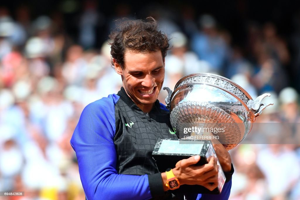 Spain's Rafael Nadal poses with his trophy after winning the men's final tennis match against Switzerland's Stanislas Wawrinka at the Roland Garros 2017 French Open on June 11, 2017 in Paris. / AFP PHOTO / Eric FEFERBERG