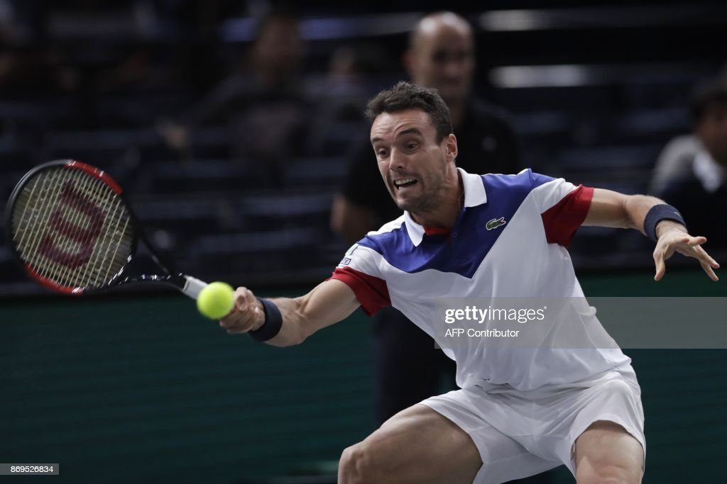 Spain's Roberto Bautista Agut returns the ball to Croatia's Marin Cilic during the 1/8 round at the ATP World Tour Masters 1000 indoor tennis tournament on November 2, 2017 in Paris. / AFP PHOTO / Thomas SAMSON