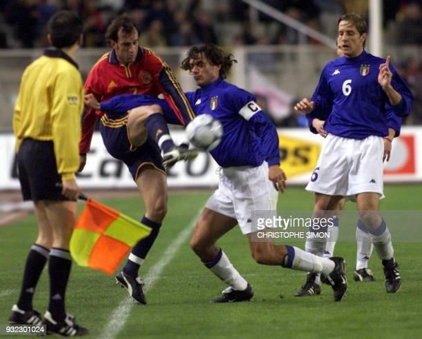 Spaniard Etxeberria vies with Italian Maldini during their freindly match in Barcelona Montjuic stadium 29 March 2000 / AFP PHOTO / Christophe SIMON