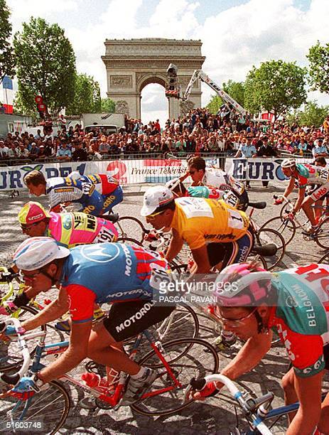 Spaniard Miguel Indurain and the rest of the peloton pass in front of the Champs Elysees 25 July 1993 during the 20th and last stage of the Tour de...