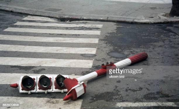 Spanien ca 1968 Beschädigte Ampelanlage