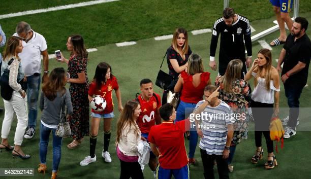 Spanien feiert seinen Sieg mit den Familien during the FIFA 2018 World Cup Qualifier between Spain and Italy at Estadio Santiago Bernabeu on...
