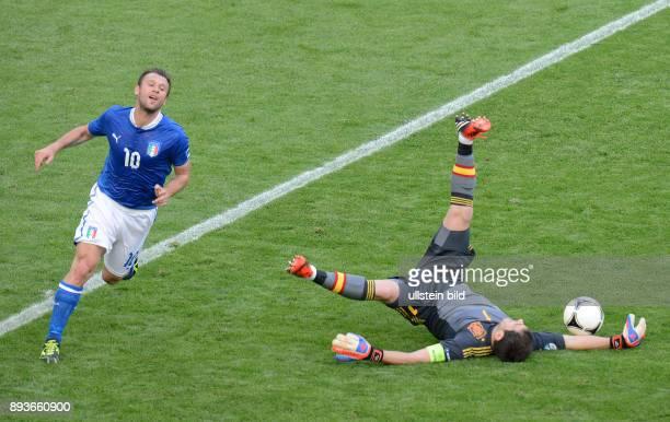 FUSSBALL EUROPAMEISTERSCHAFT Spanien Italien Antonio Cassano gegen Torwart Iker Casillas