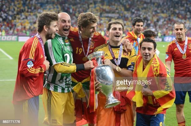 FUSSBALL EUROPAMEISTERSCHAFT Spanien Italien Gerard Pique Torwart Pepe Reina Fernando Llorente Torwart Iker Casillas und Xavi Hernandez jubeln mit...