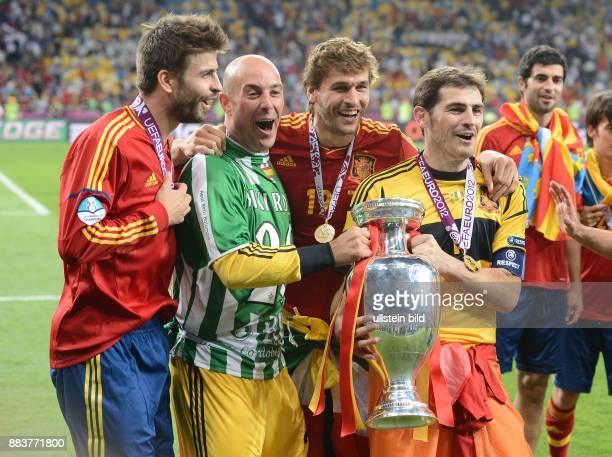 FUSSBALL EUROPAMEISTERSCHAFT Spanien Italien Gerard Pique Torwart Pepe Reina Fernando Llorente und Torwart Iker Casillas jubeln mit dem EM Pokal