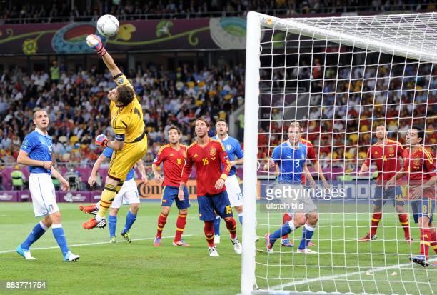 FUSSBALL EUROPAMEISTERSCHAFT Spanien Italien Torwart Iker Casillas kann retten