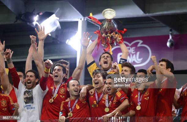 FUSSBALL EUROPAMEISTERSCHAFT Spanien Italien Torwart Iker Casillas stemmt den EM Pokal in die Hoehe Mit dem Torwart freuen sich in der 1 Reihe ua...