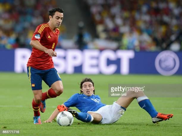 FUSSBALL EUROPAMEISTERSCHAFT Spanien Italien Xavi Hernandez gegen Riccardo Montolivo