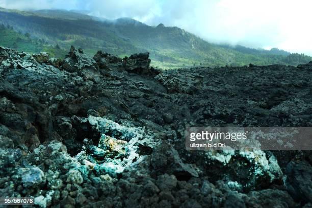 Spanien, La Palma: Vulkanlandschaft auf der kanarischen Insel La Palma. Lavastrom des Vulkans San Juan mit Museum und Besucherplattformen. ESP,...