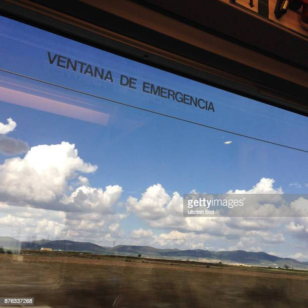 Spanien Madrid Blick aus dem Zugfenster von Renfe auf dem Weg von Sevilla nach Madrid.