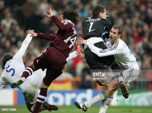 Champions League Saison 2006/2007 AchtelfinalHinspiel Real Madrid FC Bayern Muenchen 32 Zusammenprall im Strafraum mit Fabio Cannavaro Claudio...