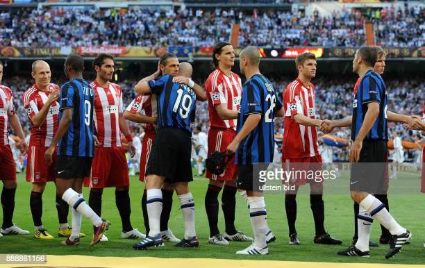 Spanien Madrid Madrid UEFA Champions League Saison 2009/2010 Finale im BernabeuStadion Inter Mailand FC Bayern Muenchen 20 die Spieler begruessen...
