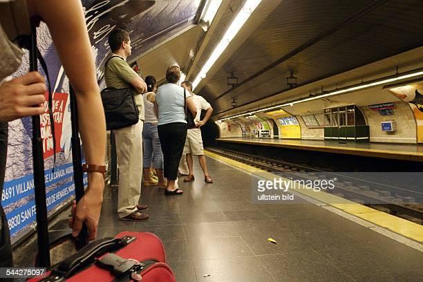 Spanien Madrid Metro in Madrid / Wartende am Bahnsteig der Metrostation