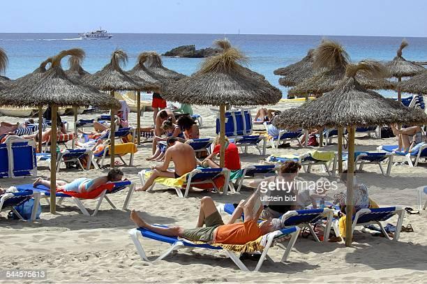 Spanien Mallorca Bucht Son Mol Touristen beim Sonnenbaden