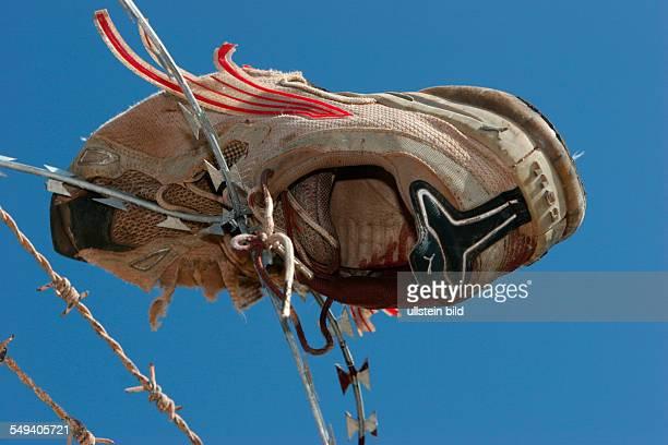 ESP Spanien Melilla Schuh eines Flüchtlings im Grenzzaun im Bereich Rostrogordo
