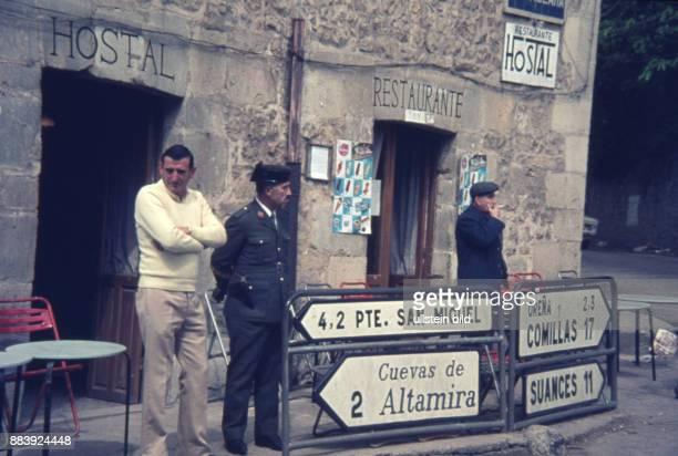 Spanien, Nordspanien, Kantabrien, Polizist der Guardia Civil vor einem Hostal und Restaurant