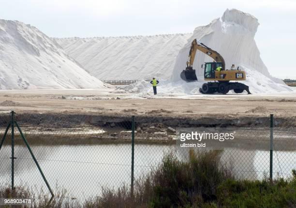 Spanien, Santa Pola südlich von Alicante, , Speisesalzgewinnung der Firma Polasal, Salzberge aus der nahegelegenen Meerwassersaline