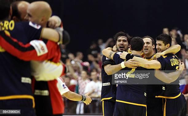 Spanien Spieler bejubeln den Sieg mit v.l.: Jorge MAQUEDA , Alberto ENTRERRIOS , Joan CANELLAS , Eduardo GUBINDO Handball Männer Europameisterschaft...