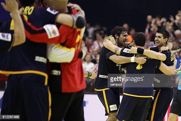 Spanien Spieler bejubeln den Sieg uv.l.: Jorge MAQUEDA , Alberto ENTRERRIOS , Eduardo GUBINDO Handball Männer Europameisterschaft 2012 in Serbien...