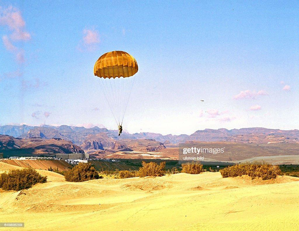Spanische Fallschirmjäger - landen in den Dünen von