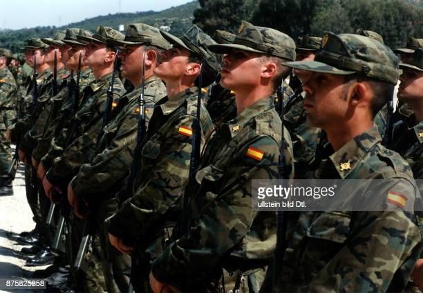 Spanische Soldaten vom Eurocorps in Cordoba stehen im Kampfanzug mit Gewehr und aufgepflanztem Bajonett in einer Reihe