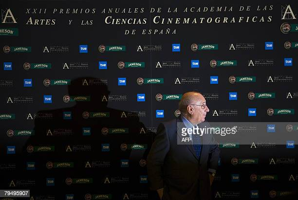 Spanish actor Alfredo Landa poses with his honorary award at the Goya awards ceremony in Madrid on February 3 2008 AFP PHOTO/Angel NAVARRETE