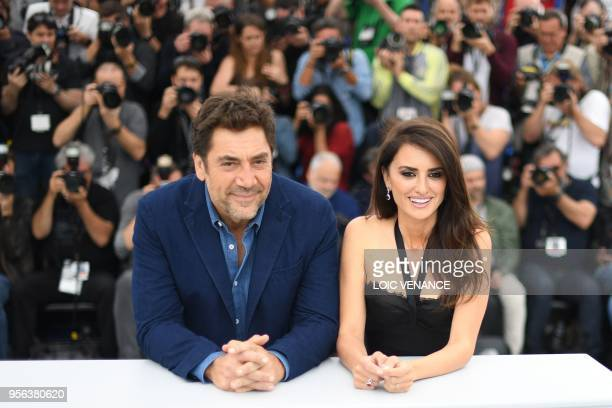 """Spanish actor Javier Bardem and his wife Spanish actress Penelope Cruz pose on May 9, 2018 during a photocall for the film """"Todos Lo Saben """" at the..."""