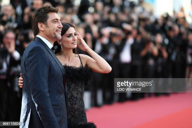 Spanish actor Javier Bardem and Spanish actress Penelope Cruz pose as they arrive on May 8 2018 for the screening of the film Todos Lo Saben and the...