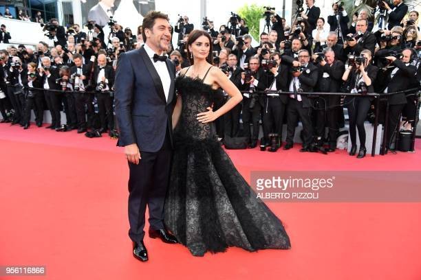 Spanish actor Javier Bardem and Spanish actress Penelope Cruz pose on May 8 2018 as they arrive for the screening of the film Todos Lo Saben and the...