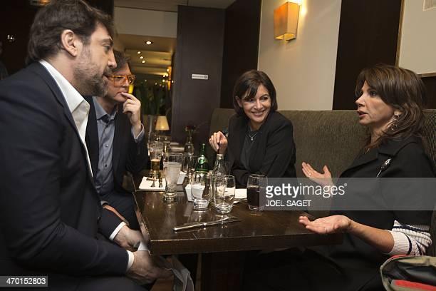 Spanish actor Javier Bardem Spanish director of the movie Hijos de las nubes Alvaro Longoria and Spanish actress Victoria Abril speak with...