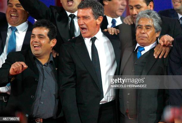 Spanish actor of the film 'The 33' Antonio Banderas poses in Santiago on August 02 2015 amidst Alex Vega and Mario Gomez two of the 33 miners who...