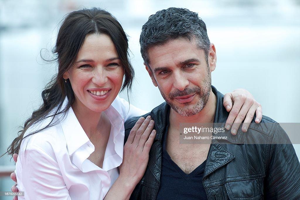 Spanish actress Ariadna Gil (L) and Argentinian actor Leonardo Sbaraglia attend 'Sola Contigo' photocall during 16 Malaga Film Festival at Port on April 26, 2013 in Malaga, Spain.