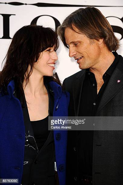 Spanish actress Ariadna Gil and DanishAmerican actor Viggo Mortensen attend the 'Appaloosa' photocall at the Ritz Hotel on November 20 2008 in Madrid...