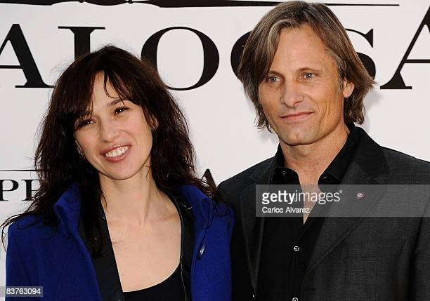 Spanish actress Ariadna Gil and DanishAmerican actor Viggo Mortensen attend the Appaloosa photocall at the Ritz Hotel on November 20 2008 in Madrid...
