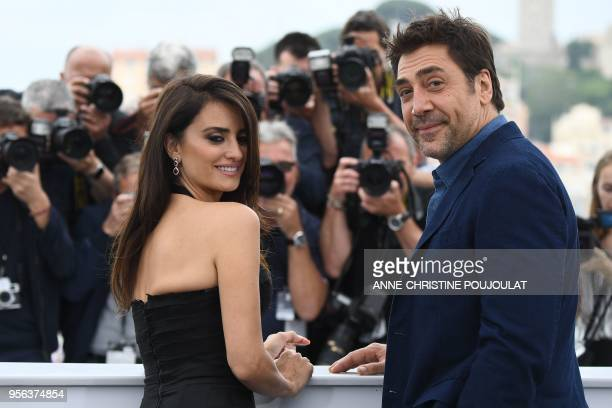 """Spanish actress Penelope Cruz and her husband Spanish actor Javier Bardem pose on May 9, 2018 for a photocall for the film """"Todos Lo Saben """" during..."""