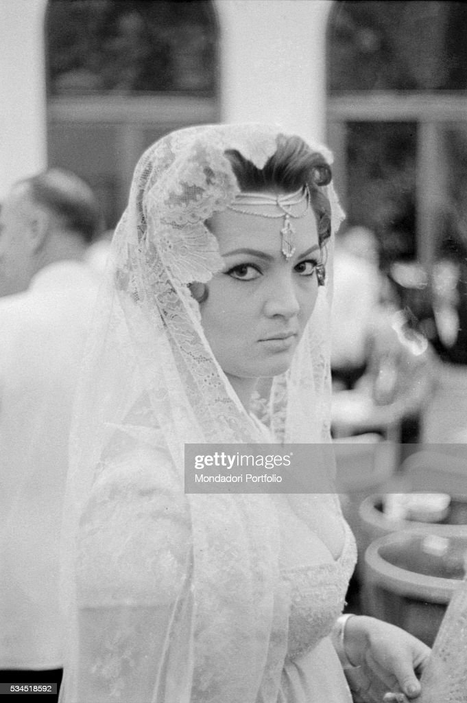 Sara Montiel wearing a traditional dress : News Photo