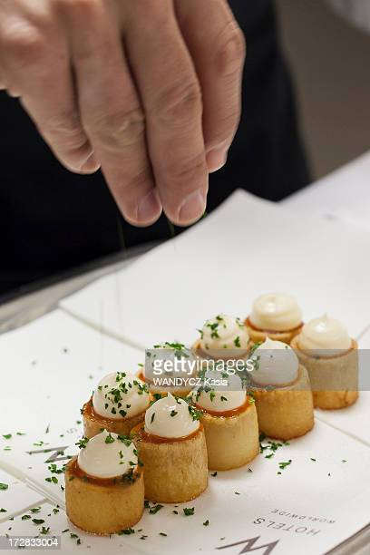 Spanish chef Sergi Arola in his restaurant Pica Pica preparing patatas bravas on October 01 2012 in ParisFrance