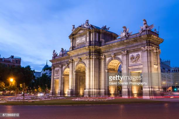 spanish cities - puerta de alcala in madrid, spain - madrid foto e immagini stock