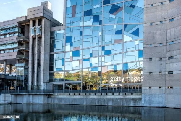 español ciudades. vidrieras del palacio euskalduna en bilbao - bilbao fotografías e imágenes de stock