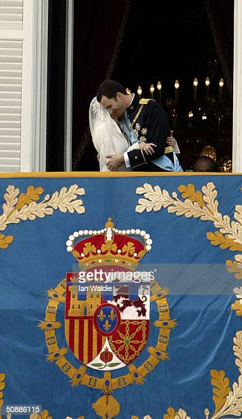 Spanish Crown Prince Felipe de Bourbon and his bride Letizia kiss as the Royal couple appear on the balcony of Royal Palace May 22, 2004 in Madrid.
