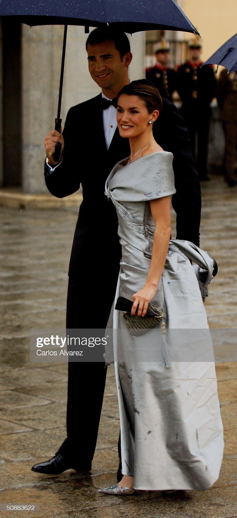 Вечерние наряды Королевы Летиции Gala Dinner at El Pardo Palace In Preparation For Royal Wedding : News Photo