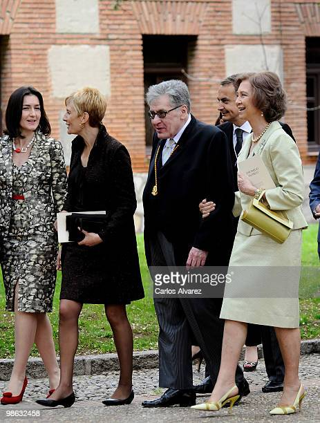 Spanish culture Minister Angeles Gonzalez Sinde Sonsoles Espinosa Mexican writer Jose Emilio Pacheco and Quuen Sofia of Spain pose for the...